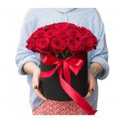 """Шляпная коробка из 35 красных роз """"Рэд Наоми"""""""